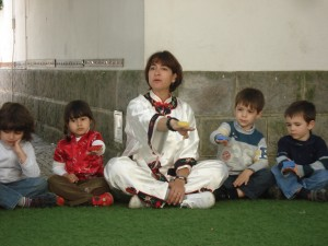 Luzia ensinando Kung Fu